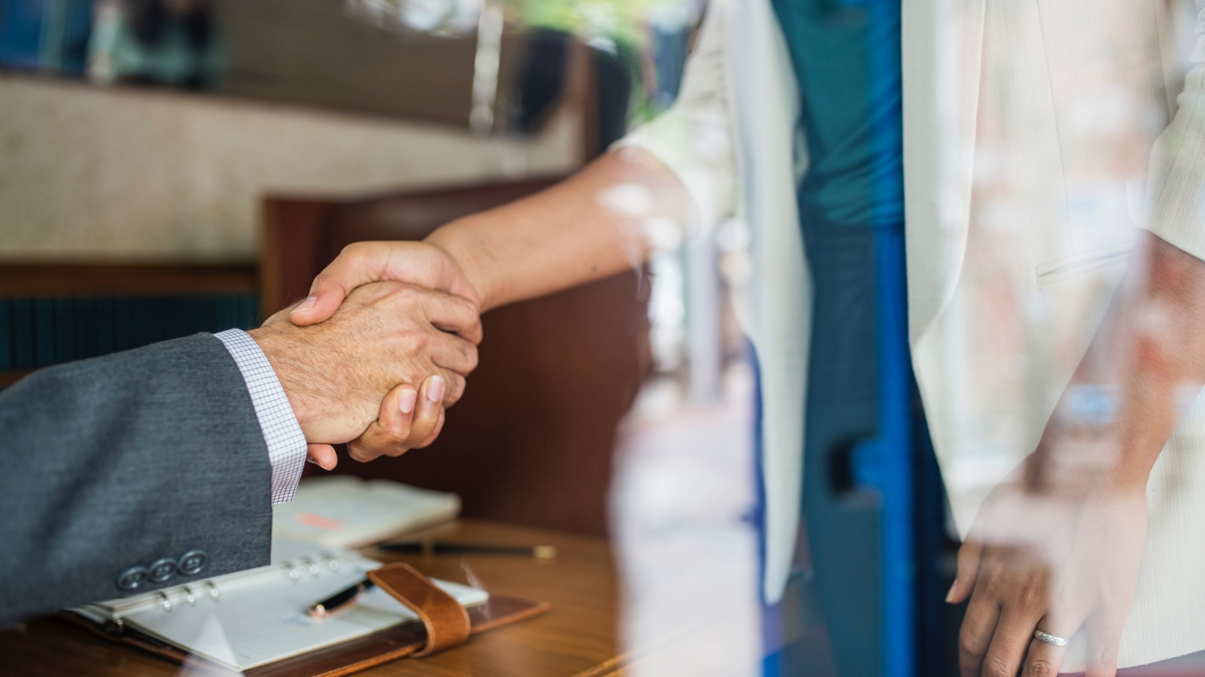 shake hands as a sign of business etiquette